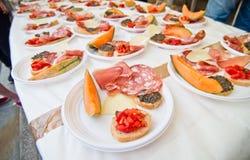 与冷盘的真正的意大利开胃小菜,火腿,油煎方型小面包片,乳酪和 库存照片