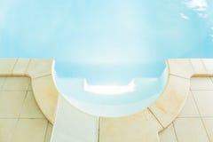 与净水的游泳池 免版税库存图片