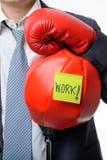 与准备好的拳击手套的商人战斗与工作,事务 库存照片