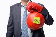 与准备好的拳击手套的商人战斗与工作,事务 库存图片