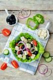 与准备它的成份的希腊沙拉 免版税库存图片