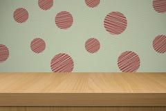 与减速火箭的墙纸的背景和倒空木桌 免版税库存照片