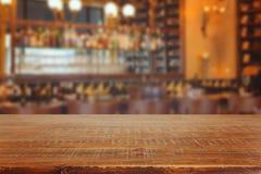 与减速火箭的木桌的酒吧内部 图库摄影
