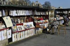 与减速火箭的材料游人的,巴黎的街道货摊 库存照片