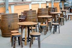 与减速火箭的椅子和桌的临时街道咖啡馆由桶做成 桥梁okhtinsky彼得斯堡俄国圣徒 免版税库存图片