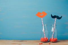 与减速火箭的瓶和秸杆的情人节创造性的浪漫背景 免版税库存图片
