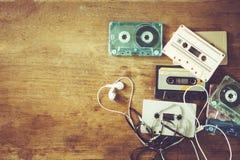 与减速火箭的磁带的盒式带录音机音乐减速火箭的技术在木桌上 免版税库存图片