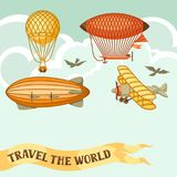 与减速火箭的空运的旅行背景 葡萄酒浮空器飞艇、软式小型飞艇和平原在多云天空 图库摄影