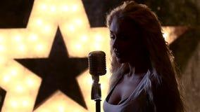 与减速火箭的美好的白肤金发的女性rocksinger 股票视频