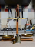 与减速火箭的重量标度的葡萄酒平衡 库存图片