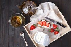 与凝乳奶油和新鲜的草莓的多士 u的概念 库存照片