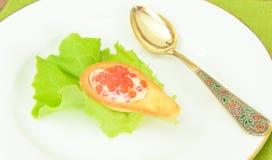 与凝乳奶油和鱼子酱的匙子面团 免版税图库摄影