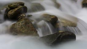 与几个岩石的小河 免版税库存图片