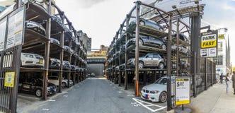 与几个故事的汽车车库在曼哈顿,纽约 库存照片