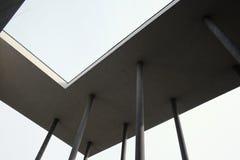 与几何形状和专栏的现代大厦建筑学设计 免版税库存照片