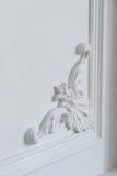 与几何形状和尽头的白色墙壁造型 与灰泥造型的豪华白色墙壁设计浅浮雕 免版税库存图片