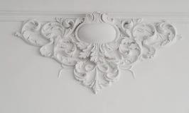 与几何形状和尽头的白色墙壁造型 与灰泥造型的豪华白色墙壁设计浅浮雕 库存照片