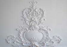与几何形状和尽头的白色墙壁造型 水平 免版税库存照片