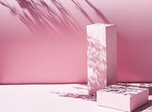与几何形状的Minimalistic桃红色从苛刻的光的背景和阴影 库存照片
