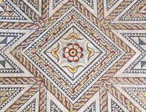 与几何设计的古老罗马石拼花地板 免版税图库摄影