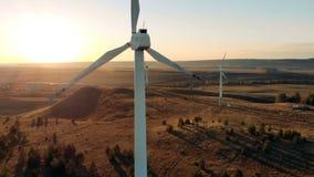 与几台风车旋转的被日光照射了风景 风能,风电力生产概念 股票录像