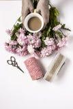 与几朵五颜六色的花和咖啡的花卉样式 免版税库存照片