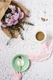 与几朵五颜六色的花和咖啡的花卉样式 库存图片