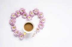 与几朵五颜六色的花和咖啡的花卉样式 图库摄影
