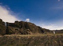 与几瀑布的小山在背景中 免版税库存图片