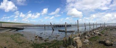 与凹下去的小船全景的低潮 免版税库存照片