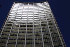 与凹面fascade的商业办公楼 免版税图库摄影