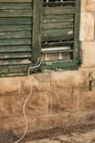 与出来的缆绳的一个老木窗口 库存图片