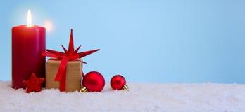 与出现被隔绝的蜡烛和礼物盒的圣诞节背景 免版税库存图片