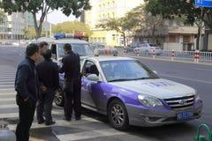 与出租汽车事故打交道的交通警 库存图片