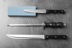 与刀子和磨削器的平的被放置的构成 免版税库存图片