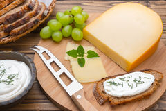 与刀子的乳酪在船上 免版税图库摄影