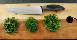 与刀子的切好的草本在砧板4k 影视素材
