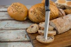 与刀子的各种各样的面包大面包 库存照片