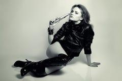 与刀子的性感的美丽的妇女掠食性动物 免版税库存照片