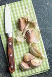 与刀子的新鲜的大蒜 库存照片