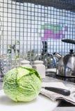 与刀子的新鲜的嫩卷心菜在砧板 库存图片