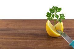 与刀子的柠檬和荷兰芹装饰 免版税库存图片