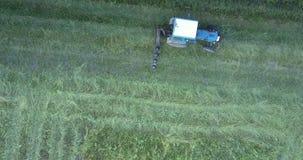 与刀片移动的机制沿切除草的领域 影视素材