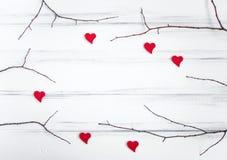 与分支和心脏的Minimalistic框架在白色桌上 平的位置,顶视图 库存图片