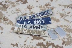 与分支磁带和卡箍标记的美军概念在伪装制服 库存照片