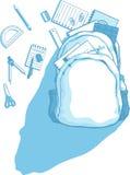 与分散的学校用品的书包  免版税库存图片