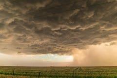 与分明雨和冰雹条纹的不祥的看的暴风云在得克萨斯西北部高平原  库存照片