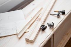 与切削刀的家具制造 免版税图库摄影
