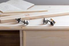 与切削刀的家具制造 库存图片