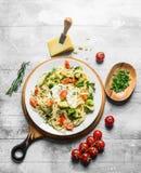 与切好的绿色的菜面团在碗、蕃茄和帕尔马干酪 库存照片